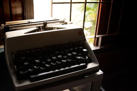 cartas antiguas: Teclado de máquina de escribir antigua lengua tailandesa en la habitación - estilo retro