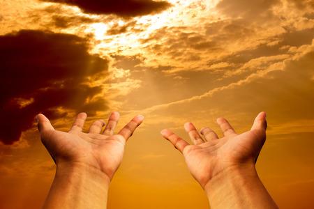 cristianismo: manos para rezar o esperanza en el cielo y el brillo del sol de oro el cielo