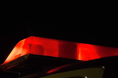 luz roja: La policía Sirena roja parpadeante luz de faro en el coche Foto de archivo