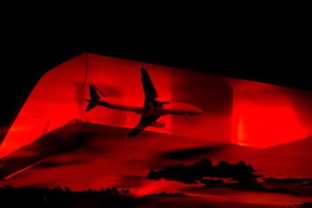航空機: 赤いサイレンの点滅で緊急空気概念飛行機飛行 写真素材