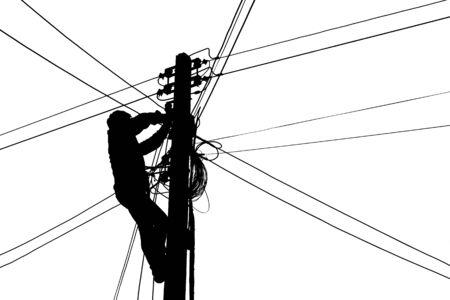 Silhouette Elektriker erklimmen Strommasten zum Anschließen von Kabeln
