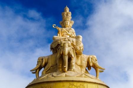 黄金寺院と中国四川省峨眉でゴールデン サミット 写真素材
