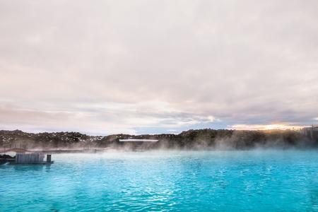 ブルーラグーン地熱スパが近隣の地熱発電所の水の出力によって供給は、アイスランドの最も訪問された魅力の 1 つです。ブルーラグーンは、有名