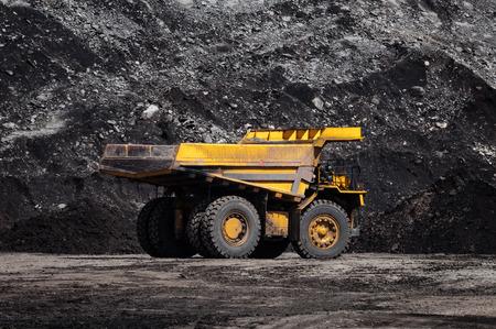 Duża wywrotka lub ciężarówka górnicza to maszyny górnicze lub sprzęt górniczy do transportu węgla z kopalni odkrywkowej lub odkrywkowej jako produkcja węgla. To zdjęcie przedstawia wywrotkę na odkrywkowej kopalni węgla. Zdjęcie Seryjne