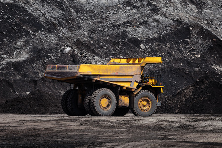 Un camión volquete grande o un camión minero es maquinaria de minería, o equipo de minería para transportar carbón desde una mina a cielo abierto o a cielo abierto como la producción de carbón. Esta imagen muestra un camión volquete en una mina de carbón a cielo abierto. Foto de archivo