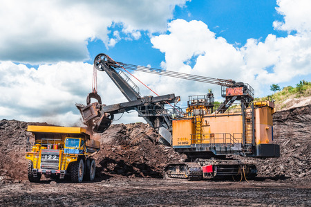Elektroseil schaufelt Laden der Kohle, Erz auf dem Kipper. Bei dem großen Muldenkipper handelt es sich um Bergbaumaschinen oder Bergbaumaschinen zum Transport von Kohle aus dem Tagebau oder Tagebau als Kohleförderung. Standard-Bild