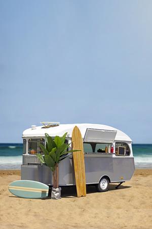 comidas saludables: Surf camión de comida rápida, vieja caravana en la playa, plantilla vertical con espacio de copia Foto de archivo