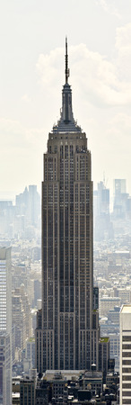 construccion: Panorama Empire State Building en Manhattan de fondo en Nueva York Editorial