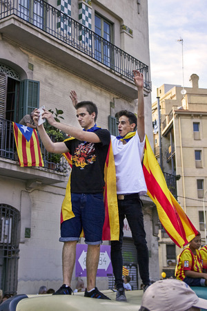 BARCELLONA, SPAGNA - 11 SETTEMBRE 2015: Adolescenti che hanno preso selfie al giorno della Catalogna.