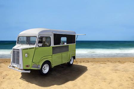food: 在海灘上的綠色復古快餐車,複製空間垂直模板