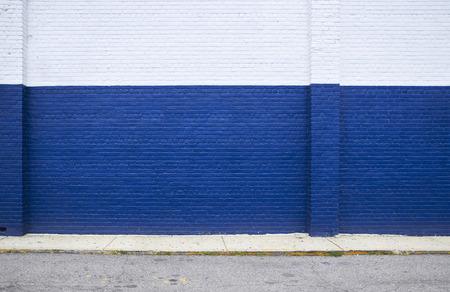 路上で青いレンガの壁に描かれました。 写真素材