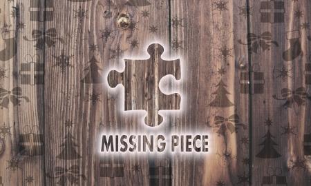 missing piece: festivo madera etiqueta pieza que falta en la madera con quemado en s�mbolos de la Navidad, como los copos de nieve regalos y estrellas Foto de archivo