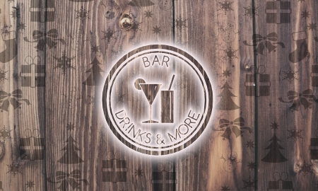 casse-cro�te: organique en bois symbole snack-bar sur bois avec br�l�s dans des symboles de No�l tels que des flocons de neige cadeaux et des �toiles