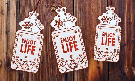 enjoy life: resi amichevole 3d etichette di Natale con godersi la vita il segno di fronte a un bel sfondo in legno