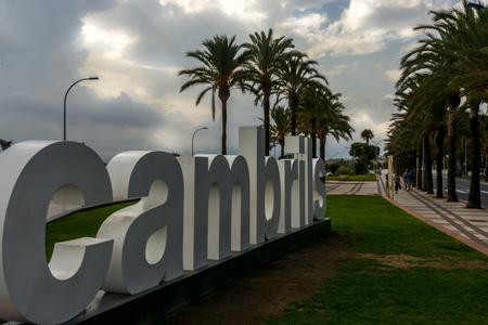 ortseingangsschild: Immense weißen Begrüßungsschreiben an die Stadt Tarragona. Spanien. Cambrils ist eine der meist besuchten touristischen Ziele in der Umgebung. Diese Briefe sind ein Muss für die Besucher der Stadt zu fotografieren Lizenzfreie Bilder