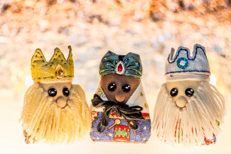 Tre saggi fatti di stoffe, tradizionali bambole di stoffa per la tua decorazione natalizia.