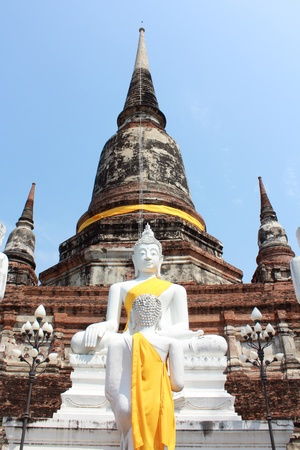 ayutthaya: Buddha Status and the pagoda at wat yai chaimongkol temple, ayutthaya Stock Photo