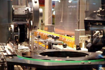 flüssige Füllmaschinen und die Verpackung in den Industrie-Anlage Lizenzfreie Bilder