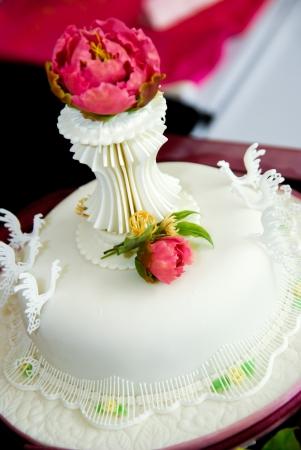 Beautiful white cake with rose Standard-Bild