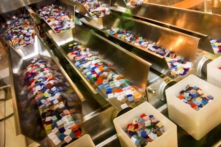 asamblea: Cajas de plástico de colores en la línea de la industria