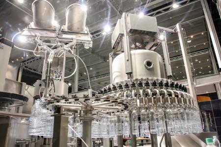 food and drink industry: Imbottigliamento acqua sulla pianta