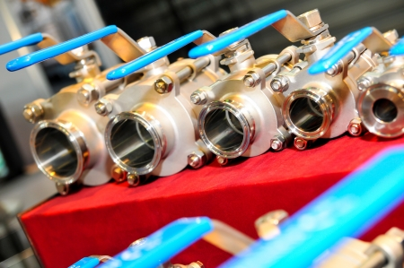 hose: Válvulas de agua establecido en mantel rojo