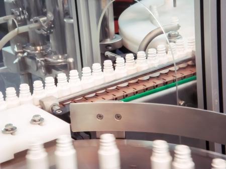 kunststof fles: Plastic flessen op de transporteur in de productielijn
