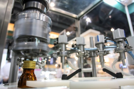 Seal the cap or lid in the factory Standard-Bild