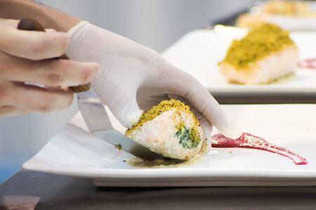 Nahaufnahme von Koch Dekoration Lachssteak auf dem Teller