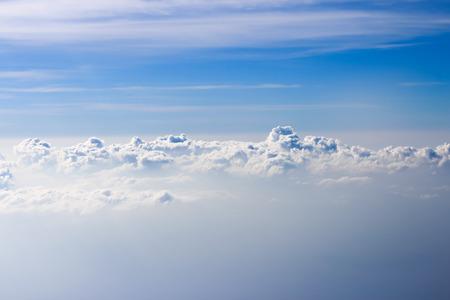 Weiße Wolken in den Himmel