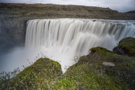 アイスランド - 緑の崖で印象的な detifoss 滝時間露出
