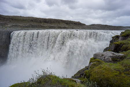 アイスランド - コケ覆われた魔法 detifoss 滝で緑の石
