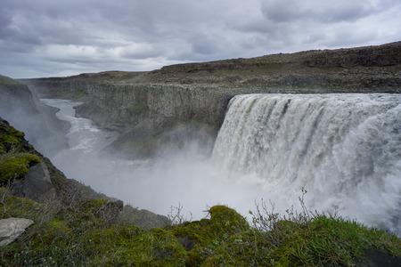 アイスランド - 緑の峡谷と川と壮大な detifoss の滝でコケ 写真素材