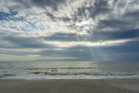 USA, Florida, Spectacular sky and clouds as sunrays shine on the ocean at beach near tampa Banco de Imagens