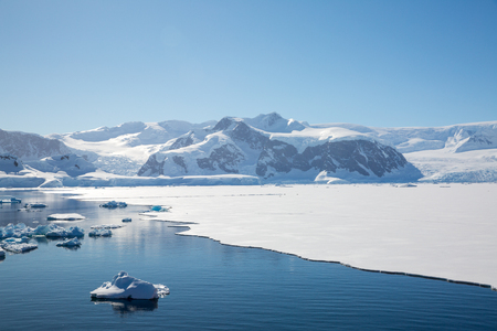 icecaps in the Antarctica with iceberg in the ocean swimming around and melting in the sea Standard-Bild