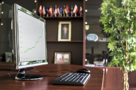 director de escuela: Business oficina ejecutiva con el PC de escritorio