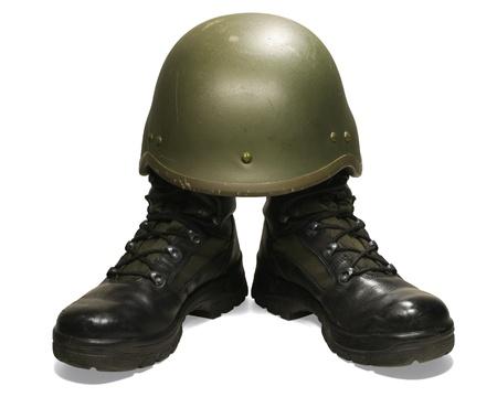 escudo militar: Soldado concepto visual. Botas militares y un casco. Aislados en blanco Foto de archivo