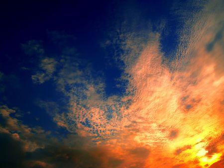 convulsion: puesta del sol simple con las nubes en la direcci�n diagonal Foto de archivo