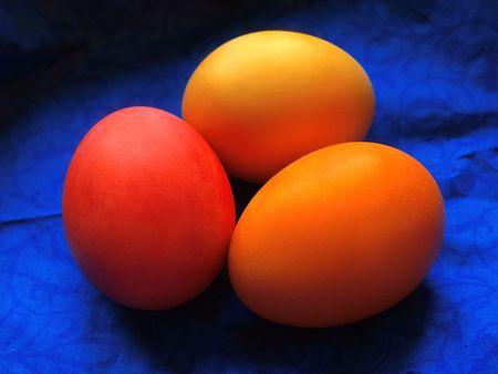serviette: drie eieren op het heldere blauwe serviette Stockfoto