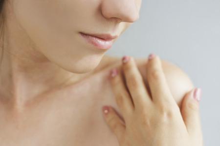 Mooie Jonge Vrouw met schone huid. Close-up Portret. Fashion Model Gezicht Girl. Perfect Skin. Professionele make-up. Fashion glanzende highlighter op de huid, sexy glans lippen. Perfecte manicure. Stockfoto