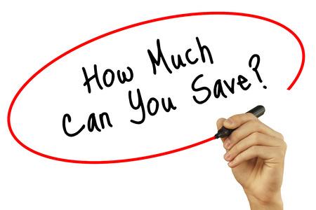 Man Hand schrijven Hoeveel kunt u besparen? met zwarte stift op visuele scherm. Geïsoleerd op achtergrond. Business, technologie, internet concept. Stock foto Stockfoto