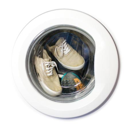 Muchos pares de zapatillas sucias en la lavadora Foto de archivo - 73007416