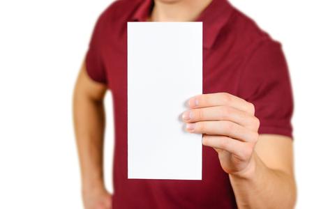 Man toont lege witte flyer brochure boekje. Folder presentatie. Pamflet handen te houden. Man show duidelijk offset papier. Sheet template. Boekje ontwerp blad lezen display eerste persoon.