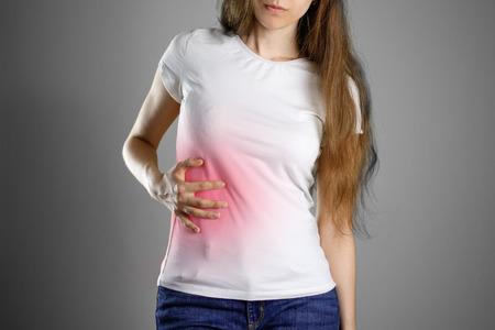女性は、肝臓を保持します。腹部の痛み。肝硬変。痛いポイントが赤でハイライト表示されます。クローズ アップ。分離されました。 写真素材