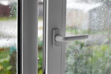 白いプラスチックのウィンドウを開きます。雨の日。クローズ アップ。 写真素材 - 85046613