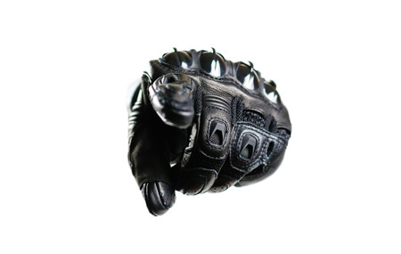 Sport zwarte Moto-handschoenen. Hij richt zijn vinger op het scherm. Geïsoleerd op witte achtergrond
