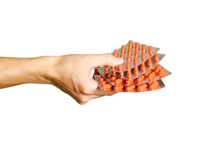 Ruka, která drží pár balení tobolek oranžové Reklamní fotografie
