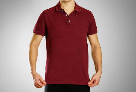 Der Typ im dunkelroten leeren T-Shirt Polo. Vorbereitet für Ihr Logo. Standard-Bild - 92260975