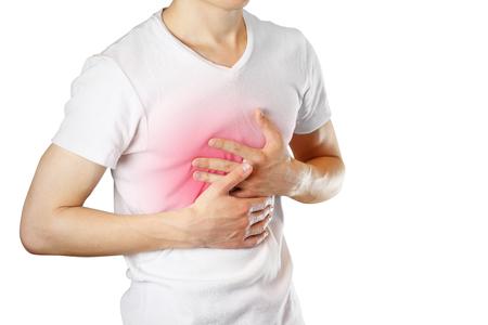 Ein Mann hält die Brüste. Der Schmerz in seiner Brust. Sodbrennen. Der Magen tut weh. Wundpunkt rot hervorgehoben. Nahansicht. Isoliert auf weißem hintergrund