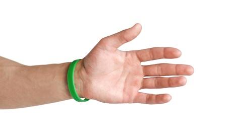 Pulseras de goma de colores en el brazo. De cerca. Aislado sobre fondo blanco. Foto de archivo